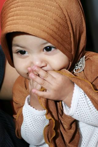 subhanallah…kecil2 uda pake jilbab…jadi makin imut…